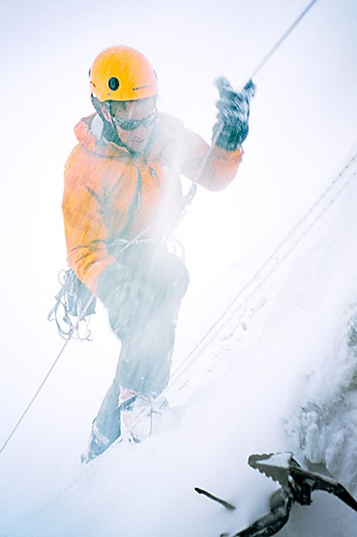Bergbeklimmer Andreas Amons in een sneeuwstorm. Foto © Melvin Redeker